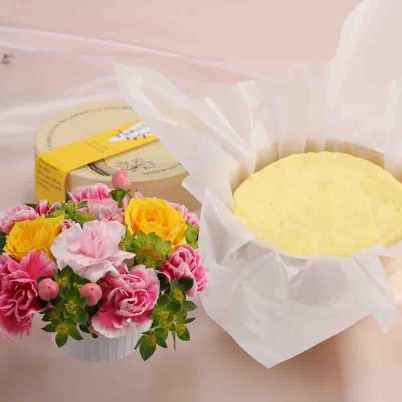お花と「ドゥーブルフロマージュ」のセットの画像