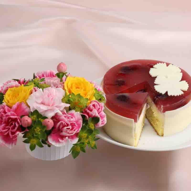 お花と「ルージュフロマージュ」のセットの画像