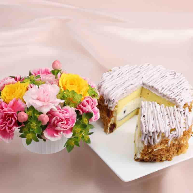 お花と「ハッピーベリースフレ」のセットの画像