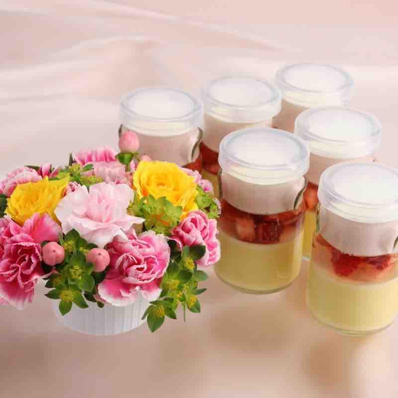 お花と「苺のジュレプリン」のセットの画像