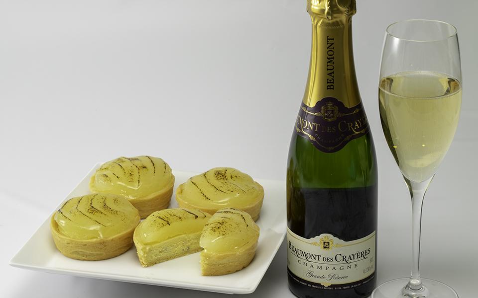 ブルーチーズと洋梨のタルトレットとシャンパンのセット画像